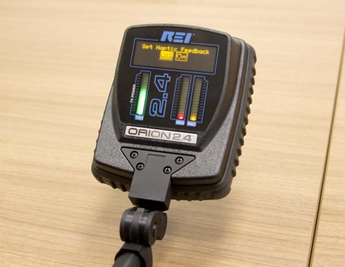 Включить вибрацию при превышении порога, что очень удобно при работе в шумном месте.